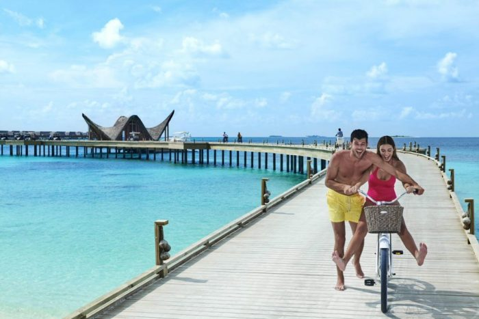 JOALI Maldives – Arrival Pier couple